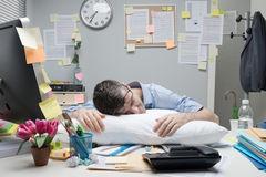 Image result for slapen op bureau